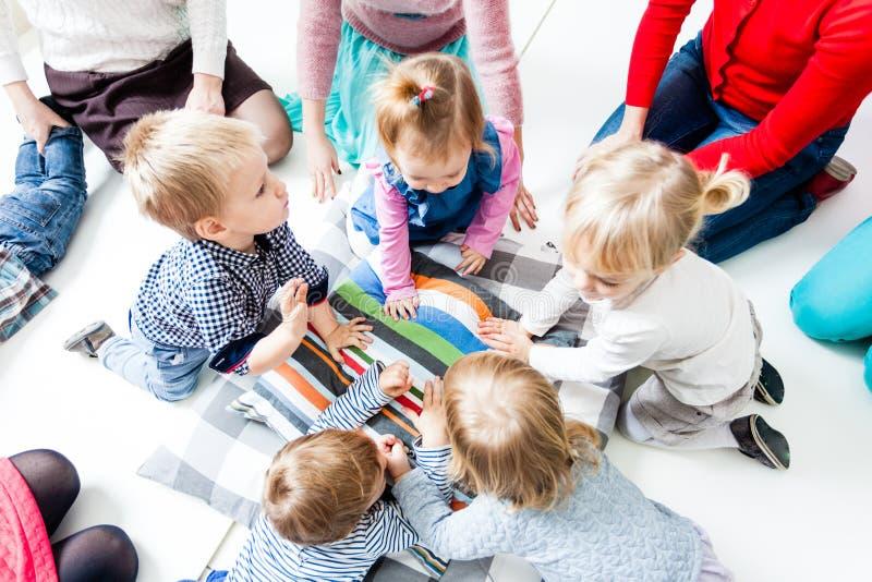 Πρώτη ημέρα των παιδιών στον παιδικό σταθμό στοκ φωτογραφίες