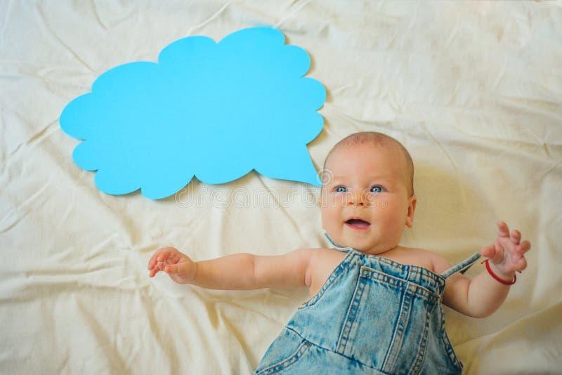 πρώτη λέξη Οικογένεια Φροντίδα των παιδιών Ημέρα παιδιών η ανασκόπηση μωρών απομόνωσε λίγα πέρα από τη σειρά χαμογελά το γλυκό λε στοκ φωτογραφία με δικαίωμα ελεύθερης χρήσης