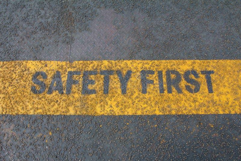 Πρώτο σημάδι ασφάλειας στη λουρίδα προσοχής στοκ φωτογραφία με δικαίωμα ελεύθερης χρήσης
