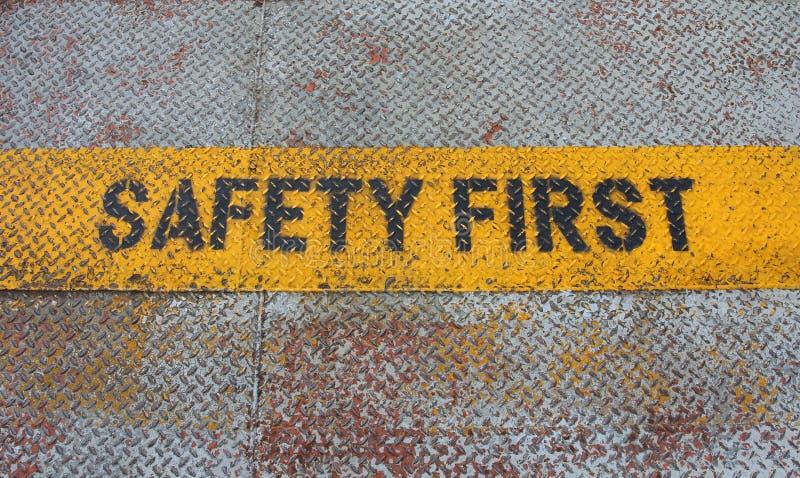 Πρώτο σημάδι ασφάλειας στη λουρίδα προσοχής στοκ εικόνα