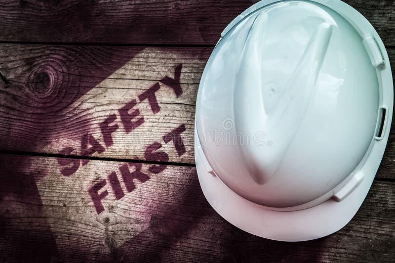 Πρώτο σημάδι ασφάλειας στο ξύλινο υπόβαθρο στοκ εικόνα με δικαίωμα ελεύθερης χρήσης