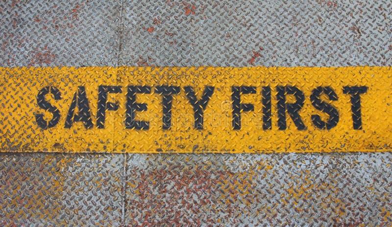 Πρώτο σημάδι ασφάλειας στη λουρίδα προσοχής στοκ φωτογραφίες με δικαίωμα ελεύθερης χρήσης