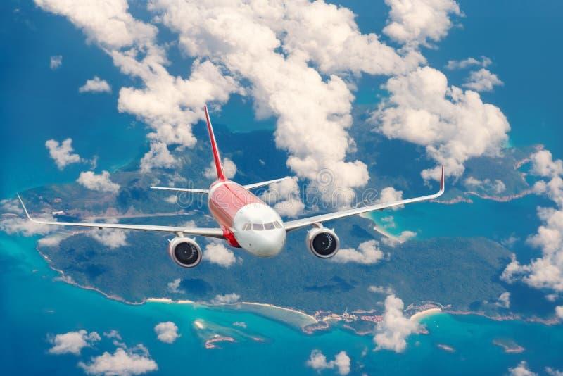 Πτήση αεροπλάνων πέρα από το νησί στοκ φωτογραφίες