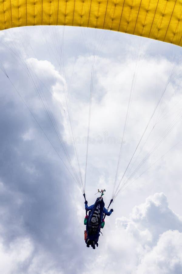 Πτήση ανεμόπτερου στα σύννεφα στοκ εικόνα με δικαίωμα ελεύθερης χρήσης