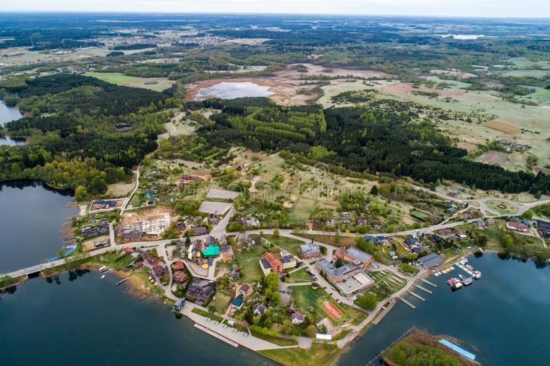 Πτήση κηφήνων επάνω από μια πόλη και μια λίμνη στοκ φωτογραφία με δικαίωμα ελεύθερης χρήσης