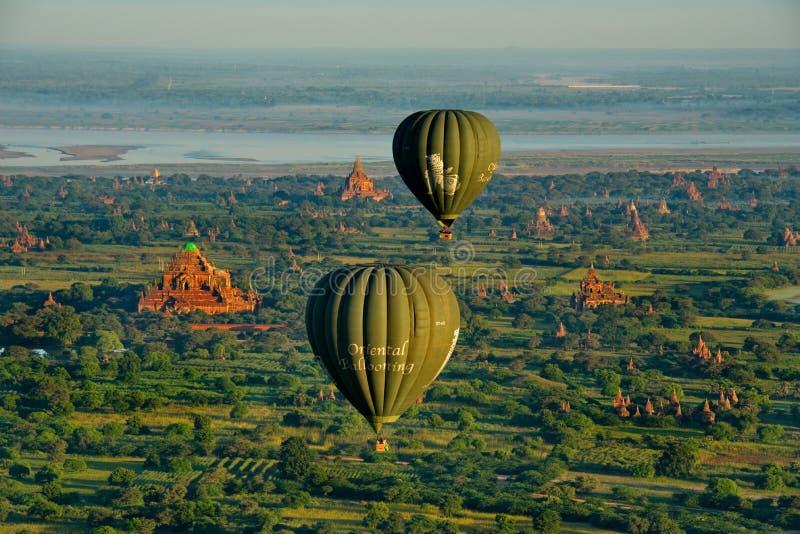 Πτήση μπαλονιών ζεστού αέρα πέρα από Bagan στοκ εικόνα