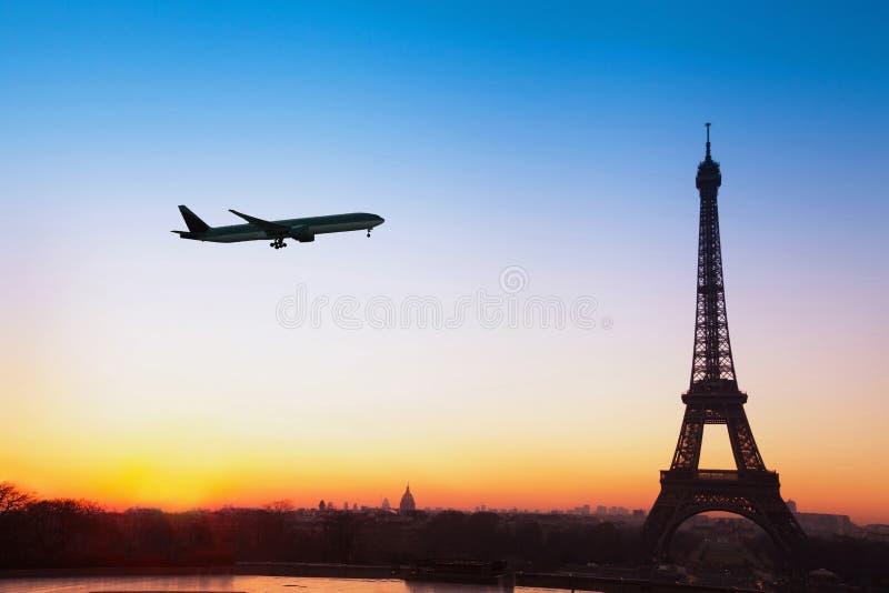 Πτήση στο Παρίσι, ταξίδι με το αεροπλάνο στη Γαλλία στοκ φωτογραφίες
