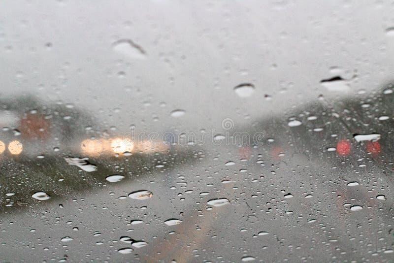 Πτώσεις βροχής που πυροβολούνται μέσω ενός ανεμοφράκτη αυτοκινήτων στοκ εικόνες