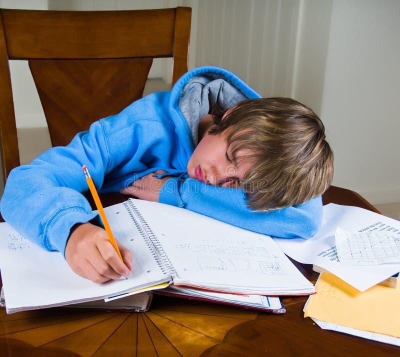 Πτώσεις εφήβων κοιμισμένες κάνοντας την εργασία στοκ φωτογραφία