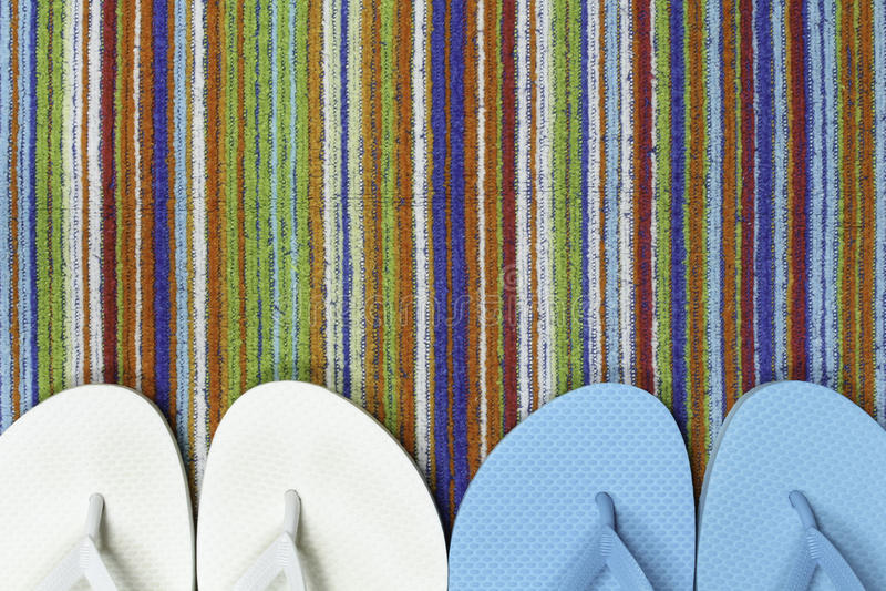 Πτώσεις κτυπήματος και ζωηρόχρωμη πετσέτα παραλιών στοκ φωτογραφίες