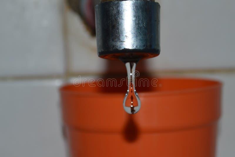 Πτώσεις νερού από μια στρόφιγγα στοκ εικόνα