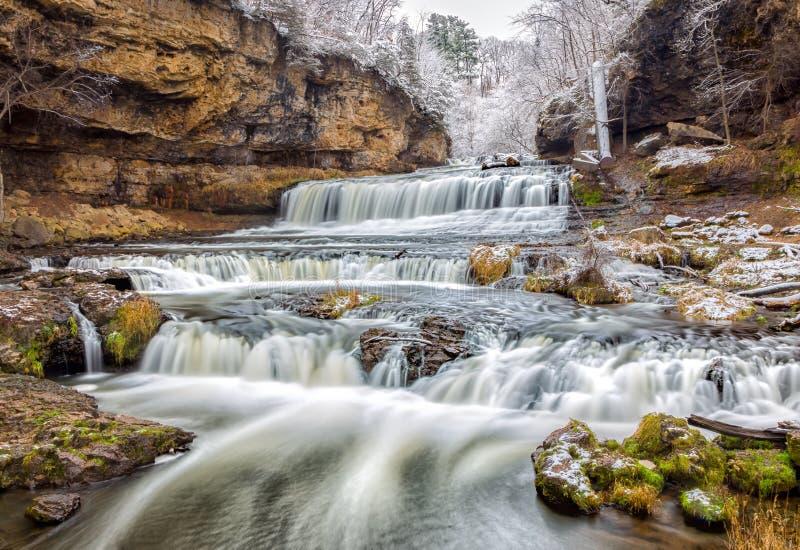 Πτώσεις ποταμών ιτιών μετά από το πρώτο χιόνι στοκ φωτογραφίες