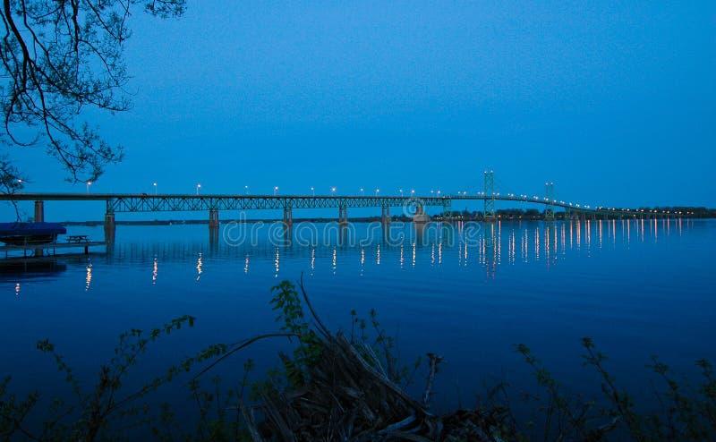 Πτώσεις σούρουπου πέρα από τη διεθνή γέφυρα στοκ εικόνα με δικαίωμα ελεύθερης χρήσης