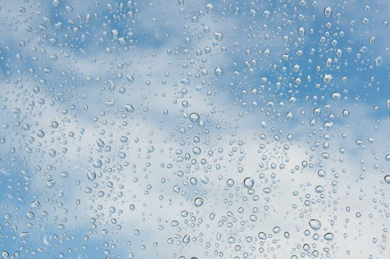 Πτώσεις του νερού σε ένα παράθυρο στοκ εικόνες με δικαίωμα ελεύθερης χρήσης