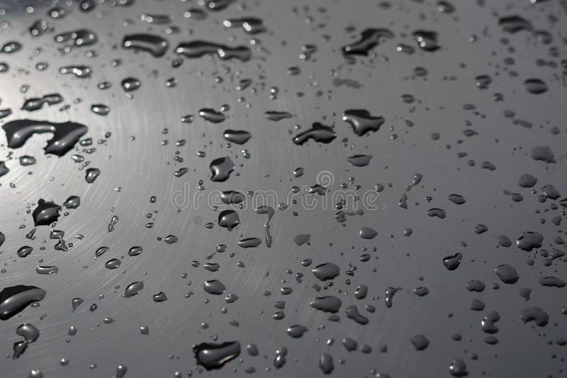 Πτώσεις του νερού σε μια κινηματογράφηση σε πρώτο πλάνο επιφάνειας μετάλλων στοκ φωτογραφίες με δικαίωμα ελεύθερης χρήσης