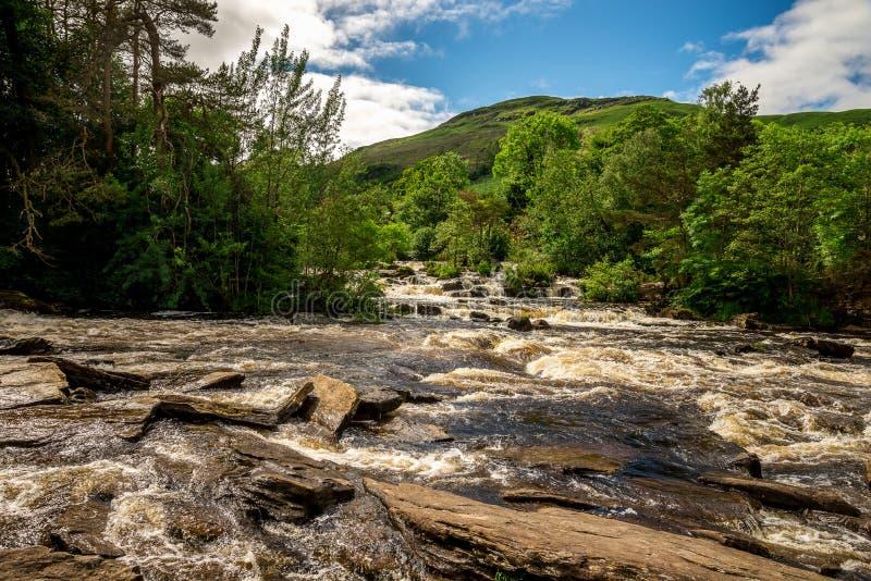 Πτώσεις του ποταμού Dochart και του τοπίου υποβάθρου βουνών στην πόλη Killin, κεντρική Σκωτία στοκ φωτογραφία με δικαίωμα ελεύθερης χρήσης
