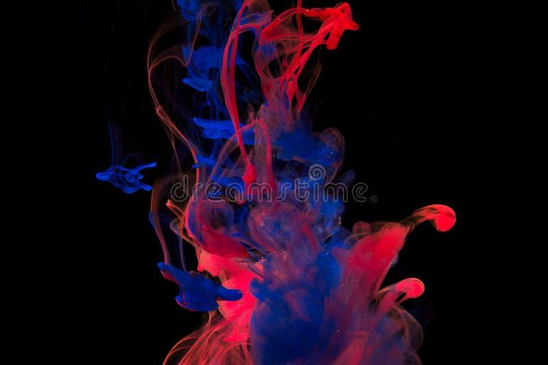 Πτώσεις χρωμάτων χρώματος στο νερό Να στροβιλιστεί ΜΕΛΑΝΙΟΥ υποβρύχιο στοκ εικόνα με δικαίωμα ελεύθερης χρήσης