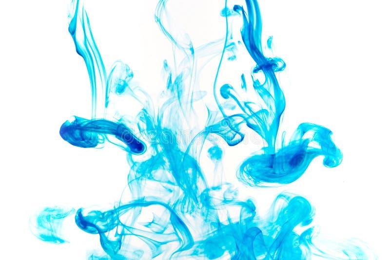 Πτώσεις χρωμάτων χρώματος στο νερό Να στροβιλιστεί ΜΕΛΑΝΙΟΥ υποβρύχιο στοκ φωτογραφία με δικαίωμα ελεύθερης χρήσης
