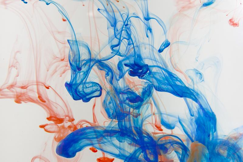 Πτώσεις χρωμάτων χρώματος στο νερό Να στροβιλιστεί ΜΕΛΑΝΙΟΥ υποβρύχιο στοκ εικόνα