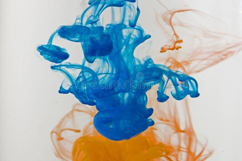 Πτώσεις χρωμάτων χρώματος στο νερό Να στροβιλιστεί ΜΕΛΑΝΙΟΥ υποβρύχιο στοκ εικόνες με δικαίωμα ελεύθερης χρήσης