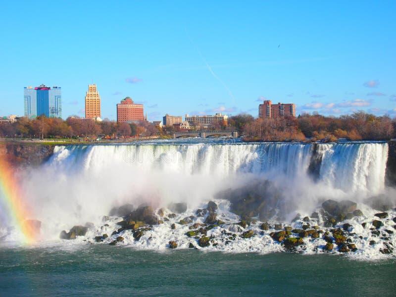 Πτώσεις Niagara με ένα ουράνιο τόξο μια ημέρα με το μπλε ουρανό Καναδάς στοκ εικόνα με δικαίωμα ελεύθερης χρήσης