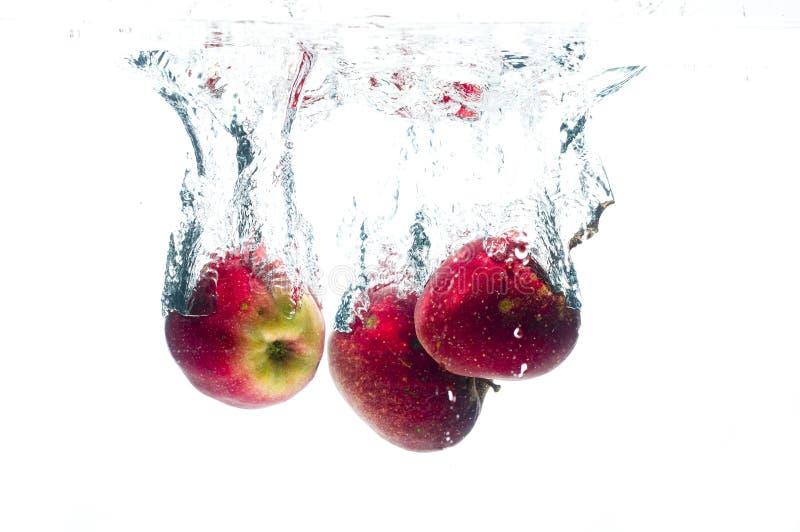Πτώση μήλων βαθειά κάτω από το νερό στοκ φωτογραφία με δικαίωμα ελεύθερης χρήσης