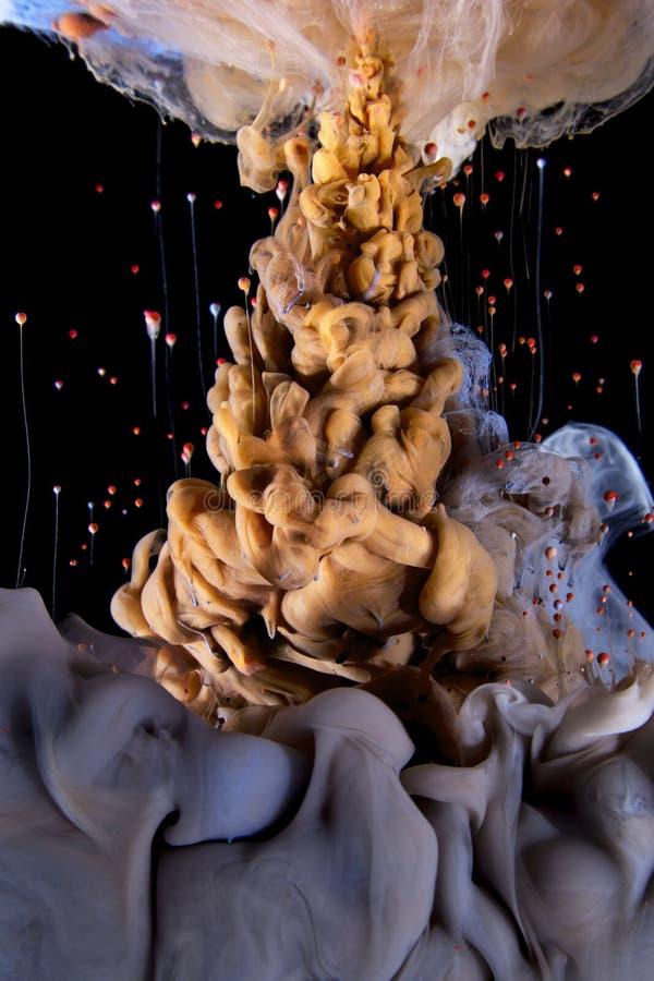 Πτώση μελανιού χρώματος υγρό χρυσός, βιολέτα, πτώσεις πετάγματος στοκ φωτογραφία με δικαίωμα ελεύθερης χρήσης