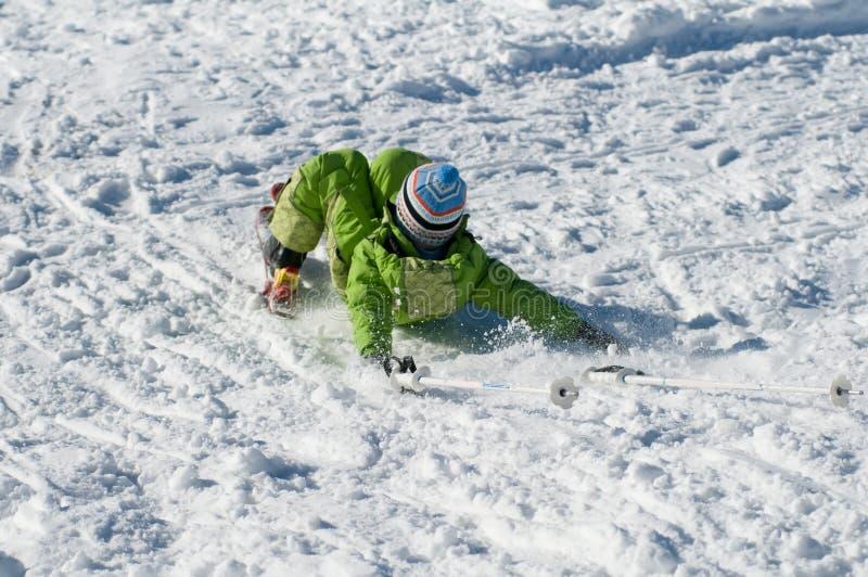 Πτώση μικρών παιδιών στο χιόνι στοκ φωτογραφία