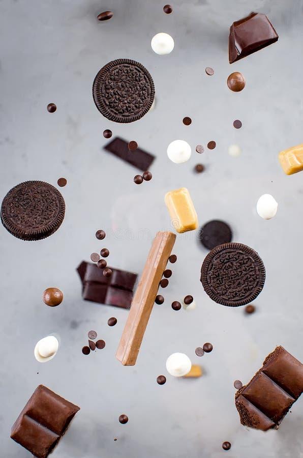 Πτώση μπισκότων και καραμελών τσιπ σοκολάτας στοκ φωτογραφίες