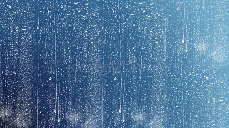 Πτώση νερού, πτώση βροχής στο γυαλί και στάλαγμα κάτω στοκ φωτογραφίες με δικαίωμα ελεύθερης χρήσης