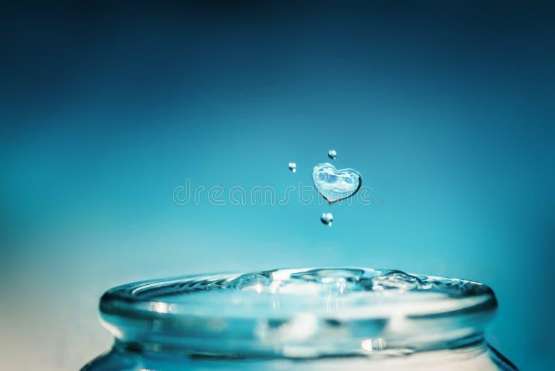 Πτώση νερού μορφής καρδιών Εκτός από και αγάπης έννοια νερού στοκ εικόνες