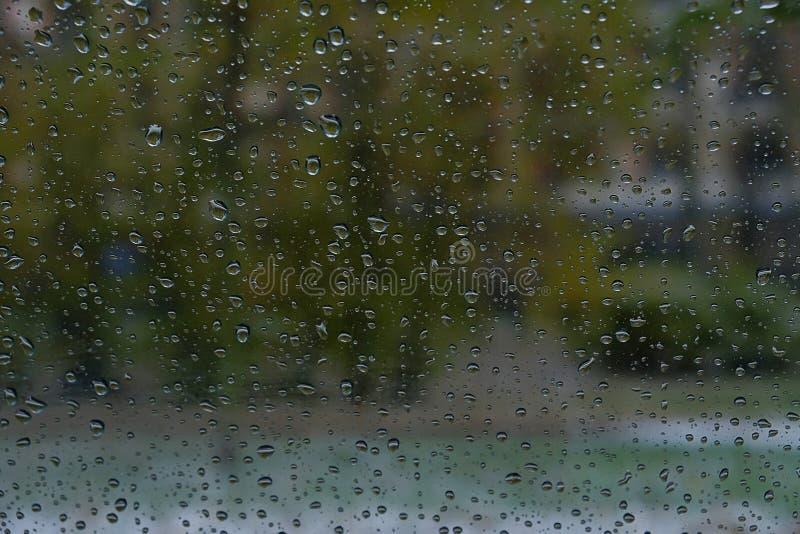 Πτώση νερού, στο γυαλί και στάλαγμα κάτω στοκ φωτογραφίες