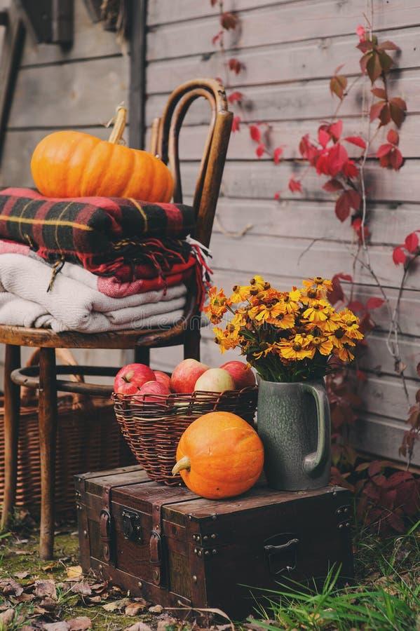 Πτώση στο εξοχικό σπίτι Εποχιακές διακοσμήσεις με τις κολοκύθες, τα φρέσκα μήλα και τα λουλούδια Συγκομιδή φθινοπώρου στοκ φωτογραφία