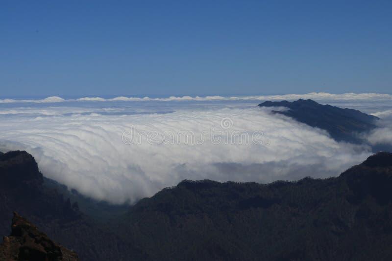Πτώση σύννεφων κάτω πέρα από την κορυφογραμμή βουνών Cumbre Nueva στοκ εικόνες