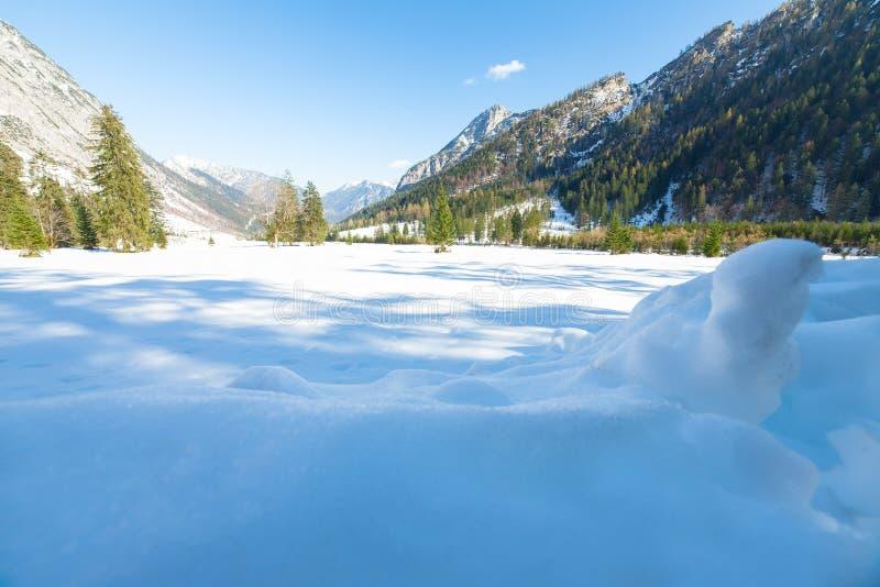 Πτώση χιονιού πρώιμος χειμώνας και πρόσφατο φθινόπωρο Τοπίο Άλπεων με καλυμμένα τα χιόνι βουνά προς το τέλος της εποχής φθινοπώρο στοκ φωτογραφία με δικαίωμα ελεύθερης χρήσης