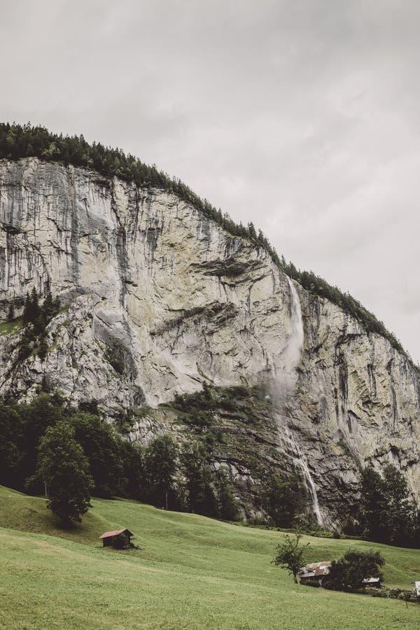 Πτώση Staubbach καταρρακτών κινηματογραφήσεων σε πρώτο πλάνο άποψης στα βουνά, κοιλάδα των καταρρακτών στοκ φωτογραφίες με δικαίωμα ελεύθερης χρήσης