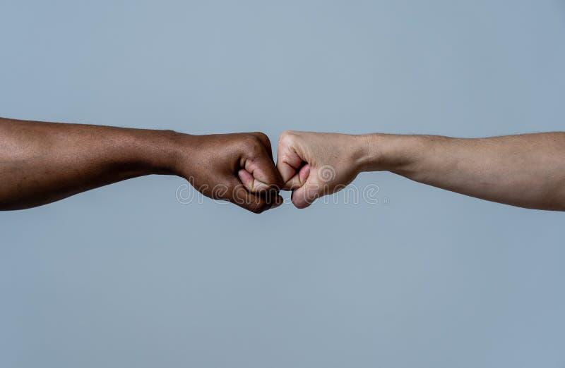 Πυγμή των διαφορετικών χρωμάτων δέρματος που δίνουν την πρόσκρουση πυγμών Εννοιολογική εικόνα της ανοχής φυλών και του ρατσισμού  στοκ εικόνα