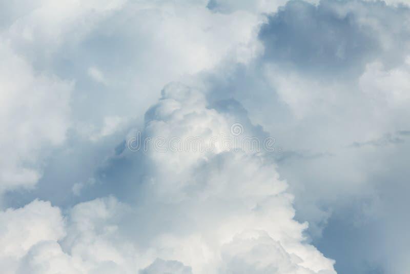Πυκνά αποφλοιωμένα λευκά αθροίσματα Προθυμοποιημένος βροχερός ουρανός Αλλαγή καιρού στοκ εικόνες