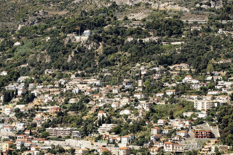 Πυκνά εποικημένη πόλη στο βουνό στοκ φωτογραφία