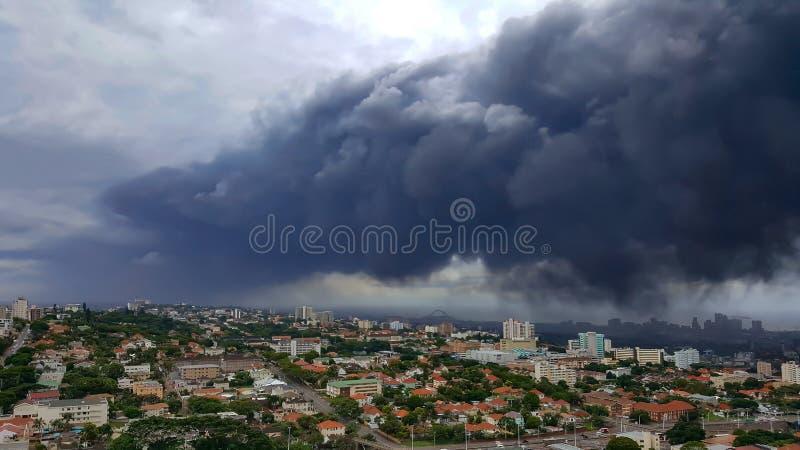 Πυκνά σκοτεινή γκρίζα αιθαλομίχλη ρύπανσης πέρα από την πόλη του Ντάρμπαν στοκ εικόνες