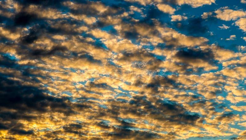 Πυκνά σύννεφα ηλιοβασιλέματος στοκ φωτογραφίες