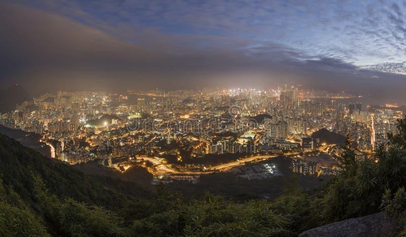 Πυκνά υψηλά διαμερίσματα ανόδου κατά την άποψη χερσονήσων Kowloon από το Hill αναγνωριστικών σημάτων το βράδυ, Χονγκ Κονγκ στοκ φωτογραφίες με δικαίωμα ελεύθερης χρήσης