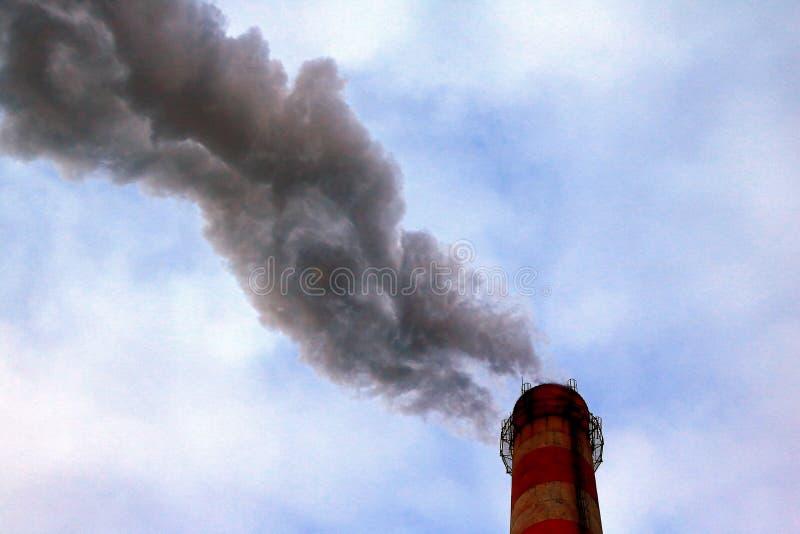 Πυκνές, βαριές και πυκνές εκπομπές των επιβλαβών ουσιών και των βιομηχανικών αποβλήτων στην ατμόσφαιρα από το σωλήνα εργοστασίων, στοκ φωτογραφίες με δικαίωμα ελεύθερης χρήσης
