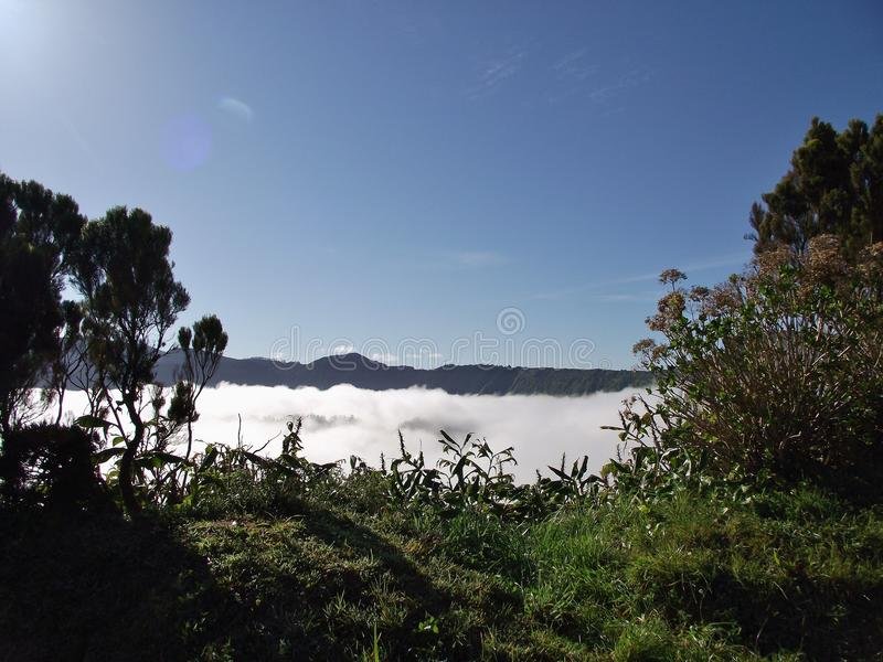 Πυκνή ομίχλη επάνω από τη λίμνη Sete cidades στον κρατήρα του ηφαιστείου Σάο Miguel, Αζόρες στοκ εικόνα με δικαίωμα ελεύθερης χρήσης