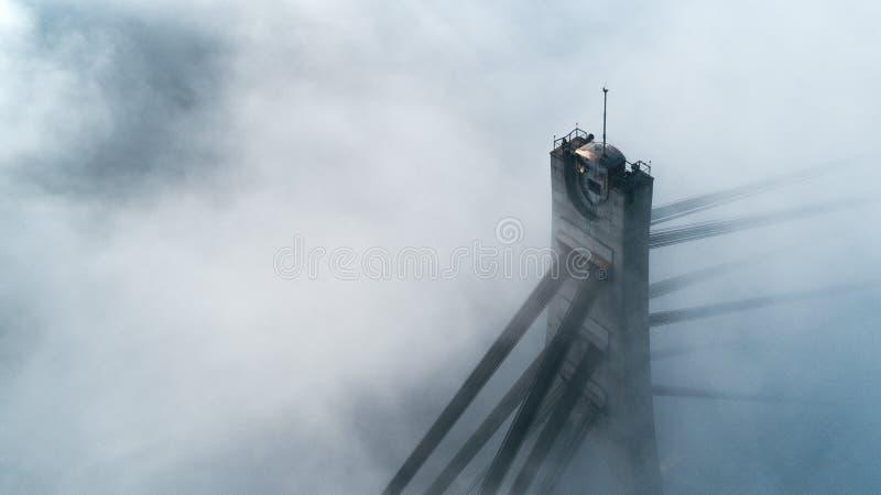 Πυλώνας της Βόρειας Γέφυρας ή της Μόσχας σε πυκνή ομίχλη στο Κίεβο της Ουκρανίας στοκ εικόνα με δικαίωμα ελεύθερης χρήσης