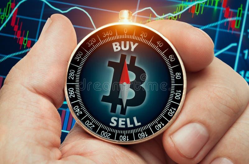 Πυξίδα εκμετάλλευσης χεριών με το σύμβολο bitcoin στοκ φωτογραφία με δικαίωμα ελεύθερης χρήσης