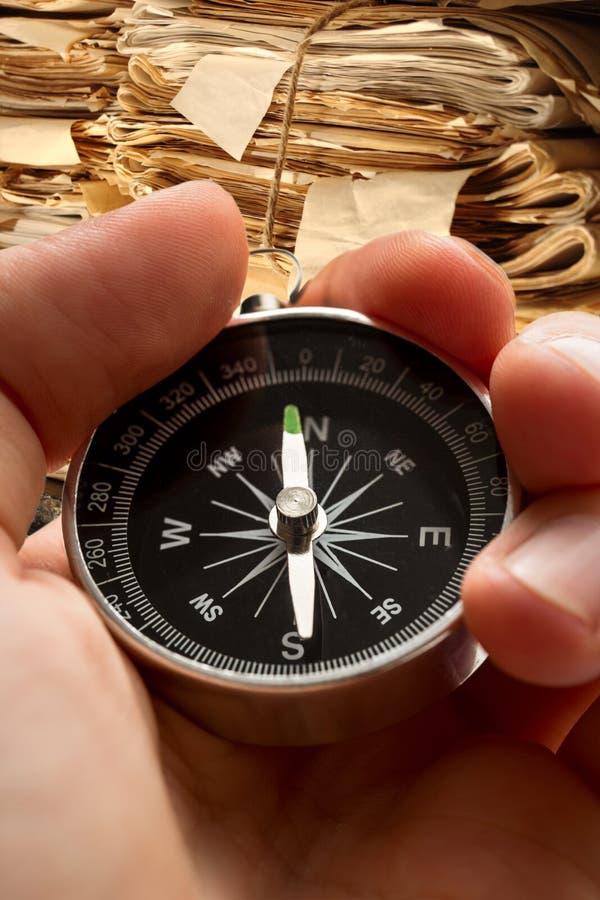 Πυξίδα εκμετάλλευσης χεριών στοκ φωτογραφίες με δικαίωμα ελεύθερης χρήσης