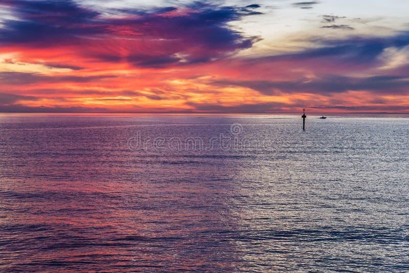 Πυράκτωση ηλιοβασιλέματος πέρα από τον ωκεανό στοκ εικόνες