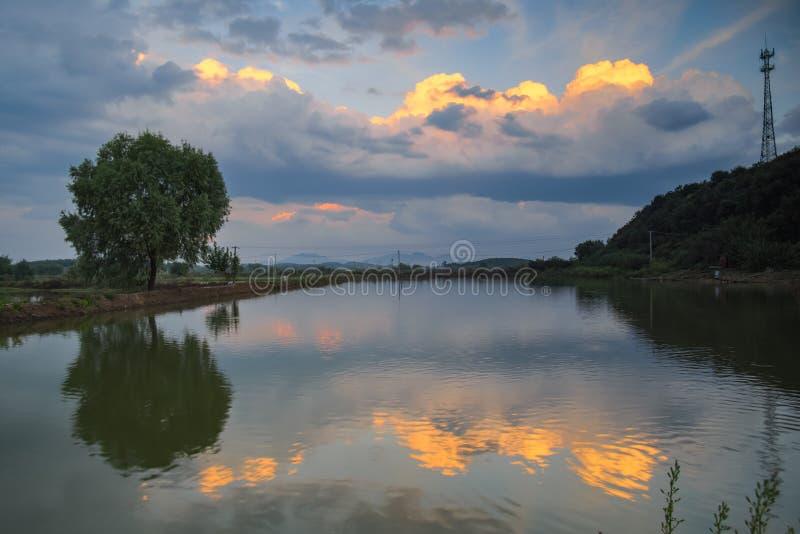 Πυράκτωση θερινού ηλιοβασιλέματος στην επαρχία της Κίνας στοκ φωτογραφία με δικαίωμα ελεύθερης χρήσης