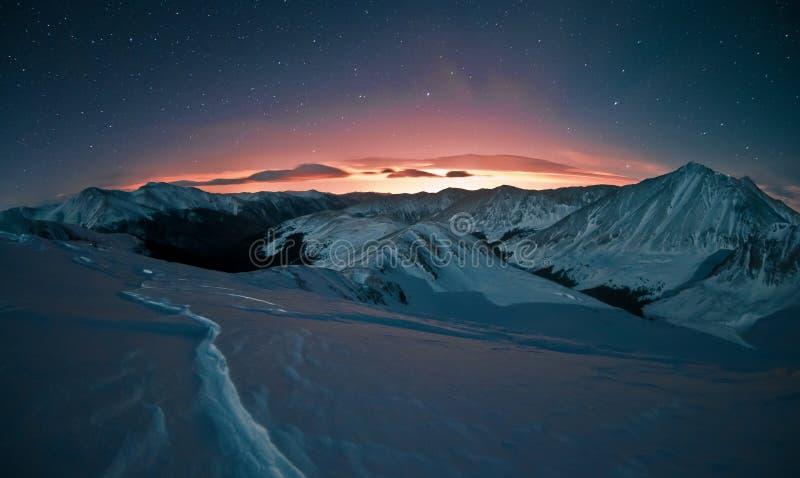 Πυράκτωση του Ντένβερ και χιονισμένα βουνά του Κολοράντο στοκ φωτογραφίες